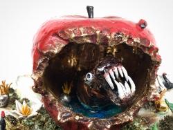 mocquet-la-pomme-carnivore-diam25cm-2019-gres-emaille-lustre-platine-et-or-detail-2c3a608fa11a1cffc32d6e0a7414f3be
