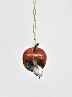 mocquet-pomme-damour-rouge-2020-18x13x17cm-gres-emaille-lustre-or-et-platine-oeil-de-verre-chaine-en-laiton-web-e0915572fc5dcfd10204dde45c01924c